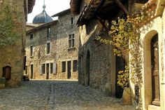 Cité médiévale de l'Ain, Pérouges est aussi réputée pour ses ruelles tortueuses pavées aux ravissantes maisons Renaissance ornées de fenêtre...