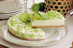 Para fazer essa torta basta preparar a massa, bater o recheio no liquidificador e levar à geladeira. Veja a receita da torta de limão superfácil!