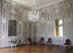 Bibliotheque de l'Arsenal Paris.- 14) LE SALON DE MUSIQUE: Sans doute Dauphin connut-il dès cette époque quelques difficultés financières puisque, lorsqu'il se maria un an plus tard, il ne s'était pas encore acquitté du prix de sa charge. Son contrat de mariage, signé le 26 juin 1740, fait preuve de ressources modestes: outre une rente de 275 livres sur les aides et gabelles et une rente viagère de 154 livres sur les revenus du roi, le jeune homme possédait 1200 livres en mobilier,.....