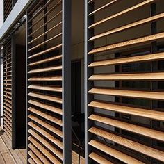 Panneaux coulissants Loggiawood Paro & Loggiawood Paro Privacy :: RENSON Plus Outdoor Shutters, Window Shutters, Architecture Details, Interior Architecture, Exterior Design, Interior And Exterior, Exterior Blinds, Timber Screens, Privacy Screens