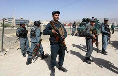 Afghaanse veiligheidstroepen inspecteren de plek waar een zelfmoordaanslag werd gepleegd na gevechten met Talibaanstrijders.