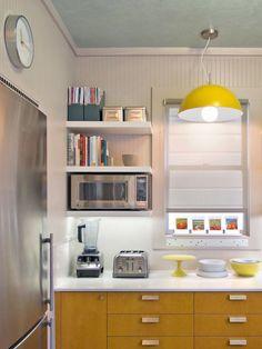Cocina con estantes