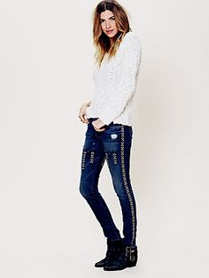 Free People Arrowhead Jeans ~ Stretchy skinny jeans with arrowhead embroidery on the front and back of each leg Embellished Jeans, Embroidered Jeans, Ropa Free People, Denim Blog, Free Clothes, Clothes For Women, Free People Clothing, Patched Jeans, Jeans Style