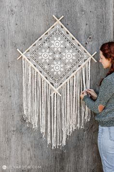Don't throw away your old doiles! Use them to make a huge wall hanging to decorate your walls. Quick and easy DIY! Your wall will love you! Macrame Projects, Sewing Projects, Art From Recycled Materials, Doily Art, Macrame Design, Diy Wall Decor, Home Decor Accessories, Doilies, Easy Diy