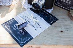 Cette papeterie de mariage puise son inspiration dans le design des journaux des années 1920 qui mettent à l'honneur typographies d'époque et enluminures. Ardoise et papier ancien se mêlent pour un style vintage du plus bel effet. Papeterie : Print Your Love / Décoration et mise en scène : Orianne Décoratrice / Photographie : Mélusine Photographie #mariagevintage #ardoisevintage #papeteriemariage #fairepartmariage #invitationmariage #weddinginvitation #rétro #1920 #chalkboard