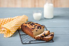 Gluten-free Banana Bread recipe from Hellofresh! Love banana bread, love Hellofresh recipes, so can't wait to give this one a go! Blueberry Banana Bread, Banana And Egg, Gluten Free Banana Bread, Banana Bread Recipes, Easy Potluck Recipes, Real Food Recipes, Cake Recipes, Sweet Recipes, Keto Recipes