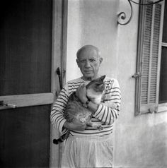 Pablo Picasso with his cat. Photograph by Carlos Nadal, © Estate of Pablo Picasso. Artists Rights Society (ARS), New York Henri Matisse, Pablo Picasso, Picasso Art, Crazy Cat Lady, Crazy Cats, Celebrities With Cats, Celebs, Men With Cats, Son Chat