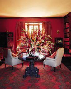 Rojo Rubí – En este comedor formal, un biombo chino lacado negro, una mesa hindú de madera tallada y un par de modestos sillones color beige, hacen contrapunto a las paredes de color rojo rubí. El fondo cálido y con aspecto glamuroso es perfecto para toques exóticos en la decoración.