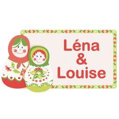 Craquez pour ces deux petites poupées Russes et décorez la porte de leur chambre ! Personnalisable à leur prénom, ce sticker peut aussi bien être installé sur un meuble que sur un mur ou une porte. Rigolo et coloré, ilapportera une touche unique à leur chambre tout en leur faisant plaisir.  Format : 35 x 18 cm