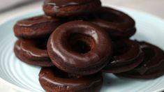 WW Glazed Chocolate Donuts - food to make - Doughnut Recipes Weight Watchers Brownies, Weight Watcher Cookies, Weight Watchers Muffins, Weight Watchers Breakfast, Weight Watchers Desserts, Chocolate Glazed Donuts Recipe, Chocolate Cake Donuts, Donut Recipes, Ww Recipes