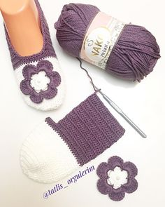#selamunaleykum 💜 Bitmeden bir poz alayım dedim😉 Bu modelimi çok sevdiniz 👌🏻 #kesfet #elörgüsü #patik #yarnlove #crochetgirlgang #sunum…