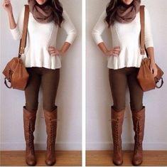 Leggings castanhas + camisola creme + lenço creme + botas camel
