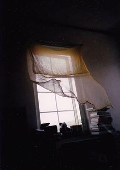 """""""Szerelem: Ahogy a szél meglebbenti a függönyt. Nem a függöny, nem a szél. A lebbenés."""" - Fodor Ákos <3"""