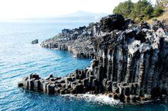 Jeju (em Coreano: 제주도; 濟州道; Jeju-do) é a menor província da Coreia do Sul, e a maior ilha do país. Constitui uma província especial autónoma. De origem ... Ilha Vulcânica e Tubos de Lava de Jeju – Wikipédia, a enciclopédia ... pt.wikipedia.org/wiki/Ilha_Vulcânica_e_Tubos_de_Lava_de_Jeju Jeju é uma ilha vulcânica 130 quilómetros ao largo da costa Sul da Coreia do Sul. é a maior ilha da Coreia do Sul, com 1 846 km². 2. Na ilha de Jeju fica o ...