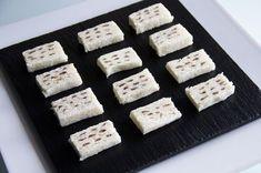 Estos canapés de anchoa es una receta que se puede hacer de víspera y al ser algo tan especial siempre te hace quedar muy bien.