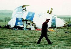 Un policía pasa junto al morro del vuelo Pan Am 103, el 21 de diciembre de 1988, en el campo, cerca de la ciudad de Lockerbie, Escocia, donde cayó después de que explotara una bomba a bordo, que mató a un total de 270 personas.