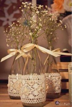 vidro; fita de setim ; fita de renda; cola quente; perolas para enfeitar na renda ; flores para enfeitar e dar um charmezinho .