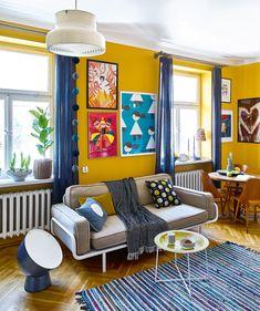W TOWARZYSTWIE STYLOWEGO STOŁU i czeskich krzeseł świetnie odnalazła się sofka z IKEA.