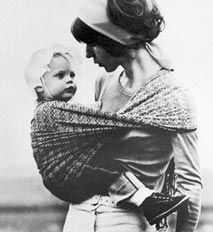 The first woven wrap - Erika Hoffmann at the beginning of the popularization of baby wrapping in the West, and the beginnings of the Didymos wrap company. Baby Kind, Baby Love, Baby Wearing Wrap, Madonna, African Babies, Baby Carrying, Woven Wrap, Dream Baby, Attachment Parenting