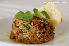 Ingredientes para 2 personas:     1 vaso de arroz integral de grano corto   2 y medio vasos de agua   una pizca de sal   5 tomates s...