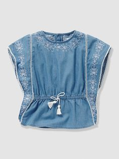 Chambray fabric, contrasting embroidery and a fashionable cut: this poncho-style blouse is simply irresistible. Poncho-style blouse Round neckline wi