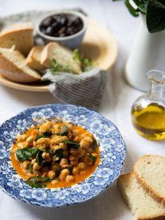 Ρεβίθια με ντομάτα και σπανάκι | Συνταγές, Παραδοσιακά | Athena's Recipes Chana Masala, Vegan, Ethnic Recipes, Food, Meals