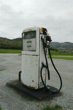 Sumstad i Roan, mai 2004: Nok en Gilbarco-pumpe av samme modell som på flere andre bilder i serien. Denne blir brukt av lokal lastebil-eier.