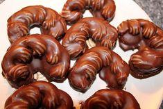 Vejce s cukrem šleháme do pěny. Přidáme ořechy. Cukrářským sáčkem nastříkáme…