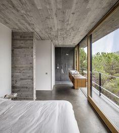 Decoração limpa e pura revelando o branco, cimento queimado teto, piso e parede completado com vidro para exaltar a transparência... Mediterrrani 32 / Isern Associats