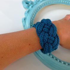 Tuto : un bracelet en tricotin … - Lindy Ka. Bracelet Crochet, Spool Knitting, Knitted Necklace, Finger Knitting, Barbie Patterns, Micro Macrame, Yarn Crafts, Cuff Bracelets, Knitting Patterns