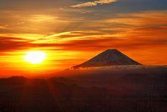 『 希 望 の 光 』 人生は谷あり、山あり。 落ち込んだ時や悲しい時も、誰にでもあるさ。 でもそれを越えた時に、光は必ず見えてくるんだよ! それが自分を成長させてくれる源だと思ってごらん。 〝そうか…今は大きく開く前のつぼみなんだ〟と思えばいいのさ。 いつかは誰にでも陽はまた昇るよ 富士山がそっとささやいてくれました。