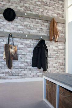 hal - Kapstok zelfgemaakt, wallpaper van vtwonen, kastje zelfgemaakt van Expedit van Ikea, tas van Rijksmuseum
