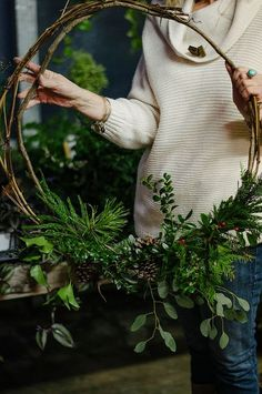 Modern or natural Christmas wreaths with fir branches. DIY Christmas wreath, natural wreaths, 2019 Christmas decor trend and tutorial to make beautiful Christmas wreaths. Christmas wreaths inspirations and DIY, grener branch wreaths Natal Natural, Navidad Natural, Noel Christmas, All Things Christmas, Winter Christmas, Modern Christmas, Beautiful Christmas, Simple Christmas, Minimalist Christmas