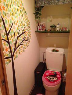 トイレの壁にマスキングテープで木を作成