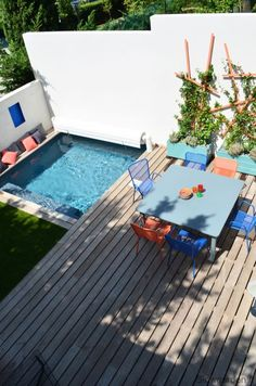 Petite piscine carrée et terrasse colorée.Colorfull terrace with swimming pool Provence une terrasse colorée avec piscine Swiming Pool, Small Swimming Pools, Small Backyard Pools, Small Pools, Swimming Pool Designs, Small Terrace, Small Outdoor Spaces, Wooden Terrace, Jacuzzi