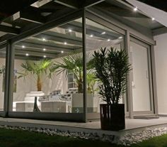 Obývací zimní zahrada. Celoročně využívaná konstrukce s integrovanými výztužnými prvky i okapovým systémem. Od Profiltechnik.