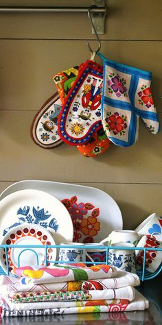 love everything in this picture, the dish towels, the hot pats, the china - simply beautiful