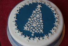 Stars and Sparkle Christmas Tree Cake - love the design. Shows how to marzipan annd ice cake (neatly) Christmas Cake Designs, Christmas Tree Cake, Christmas Cake Decorations, Holiday Cakes, Christmas Desserts, Christmas Treats, Pink Decorations, Xmas Cakes, Christmas Design
