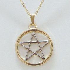 Gargantilha - Pentagrama - ID:2161. O Pentagrama é um símbolo milenar e possui dezenas de significados, entre eles: - 5 elementos (Ar, Fogo, Água, Terra e Espírito) - 5 estigmas de Cristo - União do Masculino (3) e do Feminino (2) - Laço Infinito. Trabalhada com liga de estanho e acabamento banhado a Ouro (Dourado) e Rhodium (Prateado)