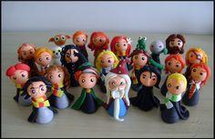 Professora McGonagall, personagem da saga Harry Potter, em versão chibi (estilo infantil simplificado), ideal para lembranças ou presentes =)  A peça vai sobre base de acrílico!  O cliente tem dois modelos à escolha, conforme nas fotos: Minerva com veste comum (25,00) Minerva com veste de G...
