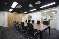 会議室 Office Interior Design, Office Interiors, Offices, Conference Room, Flooring, Modern, Table, Furniture, Home Decor