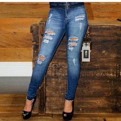 Jeans @conscienciajeans  Na @megabrazoficial você não erra no look  Mulher linda veste Megabraz  #melhorlojadacidade #presente  #lojacompleta #aquivoceencontra #opresenteideal #presenteperfeito #megabraz #modapravoceesuacasa #camisola #blusa #vestido #calca #calça #veludo #veludomolhado #inverno2017 #moda #closet #cropped #flare #legging #jeans