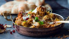 Alt i en panne: Kylling biryani - Oppskrift - Godt. Biryani, Kung Pao Chicken, Rice, Ethnic Recipes, Food, Drinks, Cilantro, Drinking, Beverages