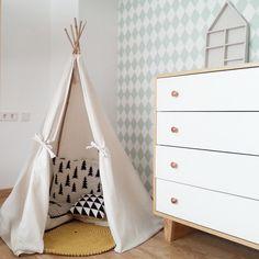 papier peint géométrique à losanges vert menthe dans la chambre d'enfant