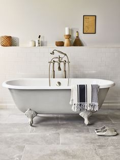 Metro Deco Times Square x White Glazed Rectangle Wall Tile. Available to buy online from Claybrook. Free UK delivery and free samples. Claw Bathtub, Claw Foot Bath, White Bathroom Tiles, Bathroom Flooring, Wall Tiles, Bathroom Color Schemes, Bathroom Colors, Bathroom Goals, Bathroom Ideas