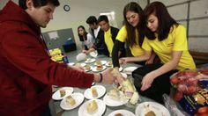 Teens volunteer at homeless shelter