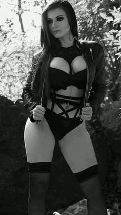 Gothic amor m. Sexy Women, Goth Women, Goth Beauty, Dark Beauty, Dark Fashion, Gothic Fashion, Steam Punk, Serpieri, Metal Girl