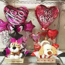Imagen relacionada Valentine Gift Baskets, Valentine Day Gifts, Valentine Bouquet, Valentines Balloons, Chocolates, Candy Bouquet, Candy Making, Balloon Decorations, 4th Of July Wreath