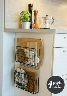 Home Decor For Small Spaces wire baskets for storage - chopping board holders.Home Decor For Small Spaces wire baskets for storage - chopping board holders Diy Kitchen Storage, Diy Kitchen Decor, Diy Home Decor, Smart Kitchen, Kitchen Cupboard, Small Kitchen Organization, Cupboard Ideas, Kitchen Storage Baskets, Minimal Kitchen