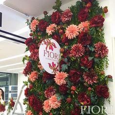 Наши талантливые оформители наполнили стильное пространство @hairhousekiev пышной цветочной красотой пионов и георгин в сочетании с освежающей зеленью! Лето продолжается!😍 #fiori_ua #fiori_kz #fiori_decorations #eventdesign #витрина #витринистика #showcase #decor #decoration #art